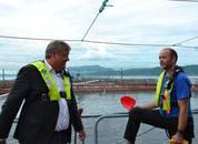 <p>Fiskeriminister Nesvik og driftsleder i Eide Fjordbruk Trygve Samnøy diskuterte blant annet fôrfaktor og forekomst av hjertesprek hos laks.</p>
