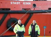 <p>Kaptein Lennart Henden og styremann Hampus Ingvarson viste Skipsrevyen rundt om i båten. Foto: Margarita Savinova.</p>