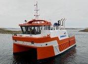 <p>50 fot måler Lovundlaks sin nye arbeidsbåt. På turen fra Grovfjorden og til Lovund marsjet fartøyetmed like i overkant av 10 knop. – Selv om vi møtte på litt ruskvær på turen så var båten slik vi håpet på i sjøen, opplyser Lovundlaks.</p>