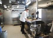 <p>I byssa finn man Halsnøybuen Ronny Kleveland som er lettmatros og kokk om bord. Han diskar fleire gonger om dagen opp med velsmakande måltider for ein arbeidsam gjeng om bord. Foto: Marthe Eide/Grenda.</p>