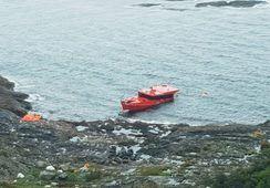 Logran salvar a cuatro tripulantes desde embarcación siniestrada