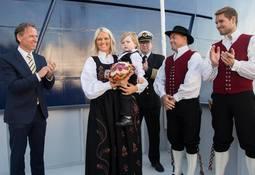Folkefest under skipsdåpen til Ronia Diamond