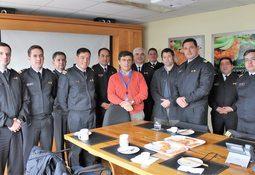 Oficiales de la Armada conocieron parte del proceso productivo de la industria del salmón