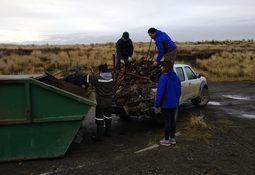 Trabajadores de Piscicultura Río Hollemberg continúan con plan de limpieza
