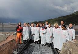 Parlamentarios de Suecia y representantes de Salmonchile visitan centro de cultivo