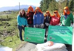 Salmonchile entregó materiales para plan piloto de limpieza en Hualaihué