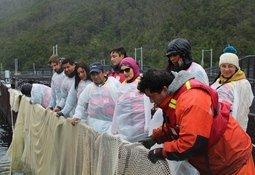 Comunidad Kawésqar visita centro de cultivo de Australis Seafoods