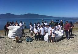 Escuelas de Chaitén y Salmones Camanchaca realizan limpieza de playas