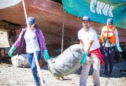 Salmonicultores y miticultores limpian mar y playas en Canal Caicaén
