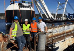 Lukket postsmoltanlegg løftet til sjø