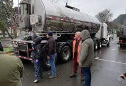 Salmones Austral dona 80.000 litros de agua en Puerto Octay