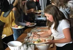 Kjørte ut 1600 laksemåltid til skolebarn