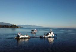 Logran reflotar y trasladar con éxito pontón de Salmones Austral