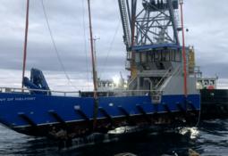 Forsøker å redde sunken arbeidsbåt