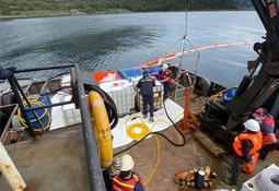 Retiran 4.500 litros de mezcla oleosa desde pontón hundido de Australis Seafoods