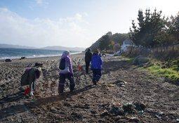 Gremio salmonicultor amplia radio de acción para limpieza de playas sumidero