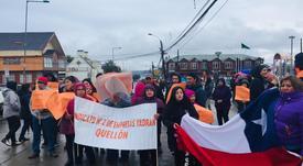 Trabajadores del salmón participan en manifestaciones pacíficas