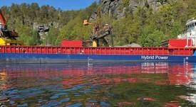 Primer granelero híbrido del mundo que transporta alimento para peces inicia operaciones