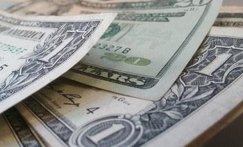 Acciones salmonicultoras caen mientras dólar alcanza valores récord