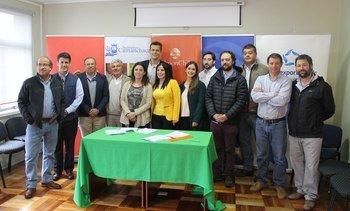 Salmonicultores sellan alianza con Enseña Chile