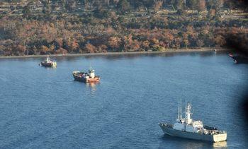 Armada prepara reflote de barcaza hundida en Seno Skyring