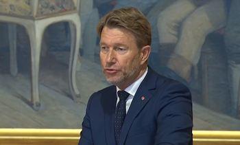 Næringsministeren må svare om hotellvirksomhet fra skip