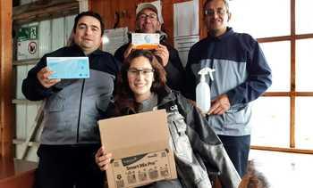 Salmones Austral entrega insumos de protección a familias de sus colaboradores