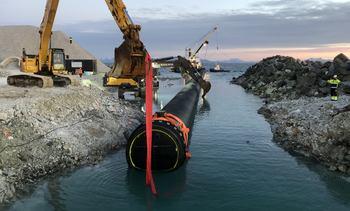 Nå er det forbindelse til havet fra laksebassenget
