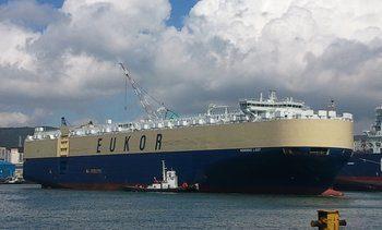 Et av verdens største bilskip gjennom Svelvikstrømmen
