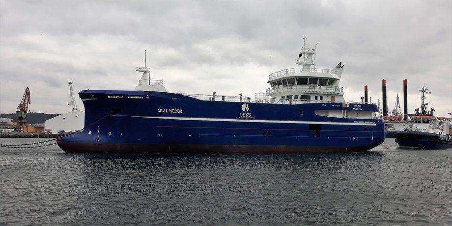 Aqua Merdø er den nye slaktebåten til rederiet Dess Aquaculture. Her avbildet med avgang fra Polen. Foto: Myklebust Verft.
